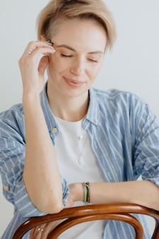 Стильная европейская женщина в очках в светлой комнате уверенная в себе женщина психолог