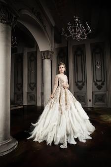 ファッショナブルなドレスのスタイリッシュなファッションモデル