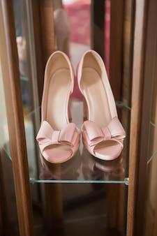 배경 방, 매력, 신부, 결혼식에 활이 달린 세련된 패션 핑크 하이힐