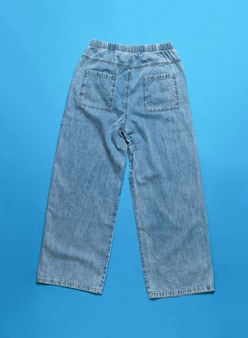 白い表面で断熱されたスタイリッシュなファッションの女性のワイドジーンズ
