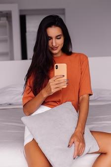 Elegante moda giovane donna caucasica blogger a casa prendendo foto selfie