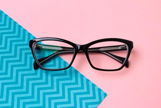 Стильные модные очки на креативный розовый стол.