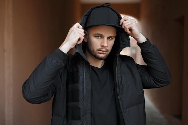 거리에 후드와 함께 겨울 패션 재킷에 유행 검은 야구 모자에 세련된 유행 젊은이