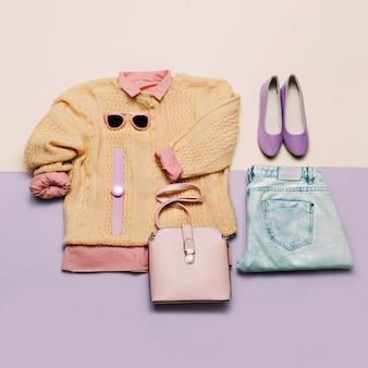 세련된 여성복 세트입니다. 세련 된 배경에 여자/소녀 복장입니다. 핑크색. 핸드백, 선글라스, 시계. 스웨터와 셔츠. 세련된 청바지와 신발