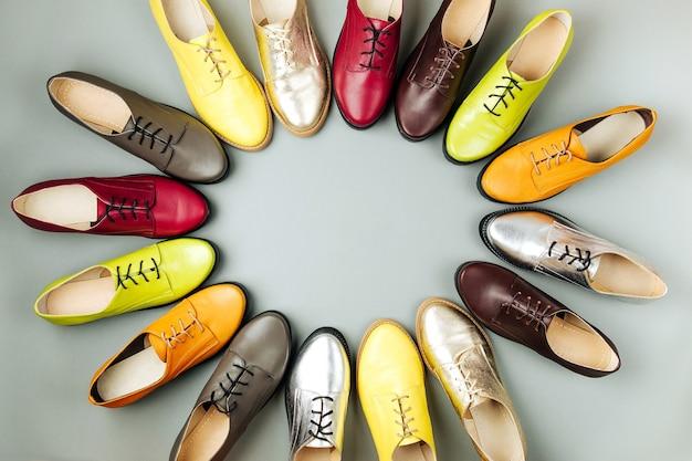Стильные женские весенние или осенние туфли разных цветов. понятие красоты и моды. плоская планировка, вид сверху. копировать пространство