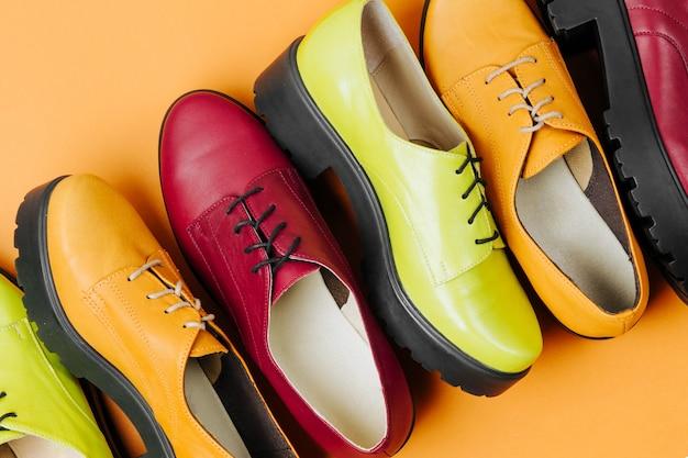 Стильные женские весенние или осенние туфли разных цветов. понятие красоты и моды. плоская планировка, вид сверху