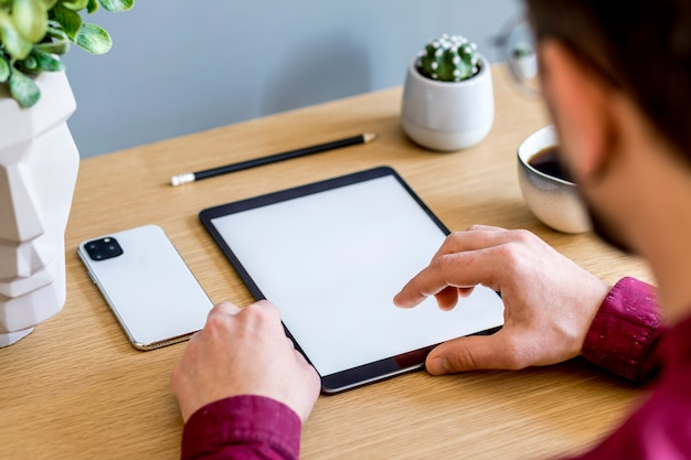 Стильная плоская бизнес-композиция на деревянном столе в современной концепции домашнего офиса