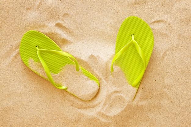 Стильные шлепанцы на пляжном песке