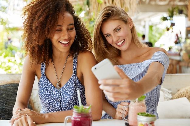 Стильные друзья сидят в кафе
