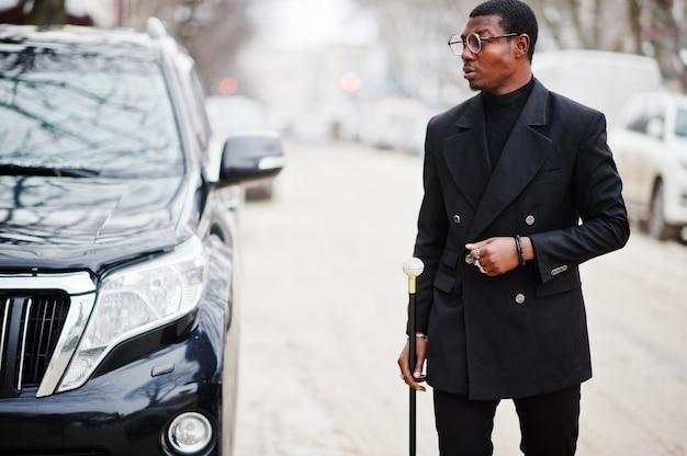 エレガントな黒のジャケットのスタイリッシュな紳士