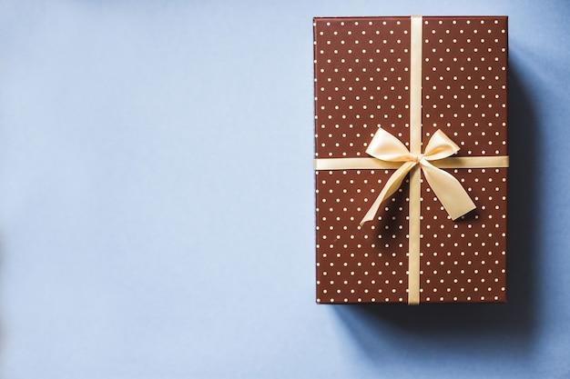 Стильная подарочная коробка на синем фоне праздников концепции. вид сверху.