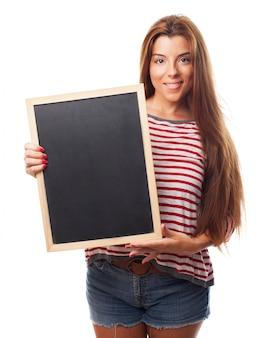 Стильная девушка держит небольшой доске.