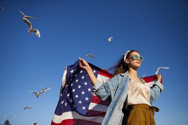 Стильная девушка на ветру