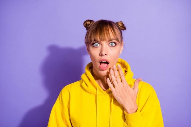 Стильная девушка позирует у фиолетовой стены