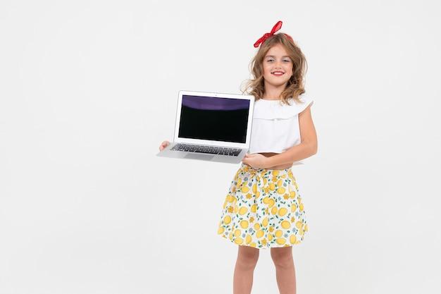 세련 된 여자여 학생 복사 공간 흰색 배경에 모형 노트북을 보유하고있다.