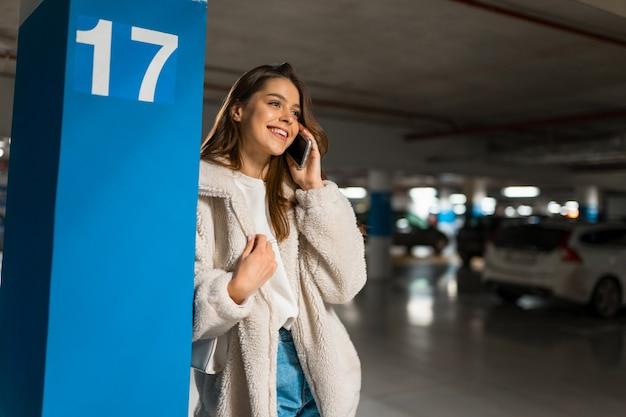 전화 통화하는 세련 된 소녀