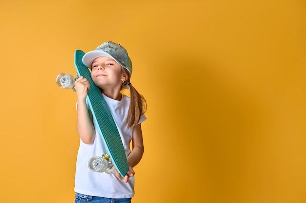 흰색 tshirt 청바지와 녹색 모자 포옹을 입고 세련된 소녀