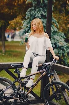 Стильная девушка с велосипедом