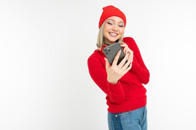 自分撮りをしている彼女の首にヘッドフォンを持つスタイリッシュな女の子
