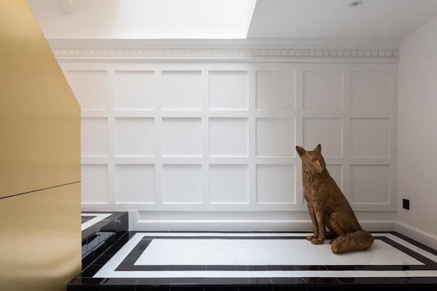 金の彫刻/インテリアデザインのあるモダンクラシックインテリアのスタイリッシュな金の階段