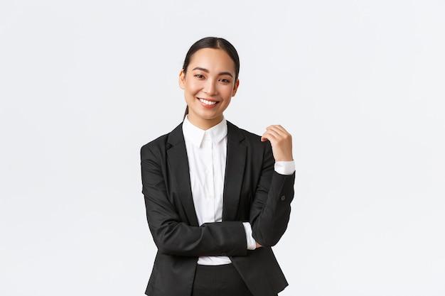 Стильная красивая женщина-брокер продает дома клиентам. азиатский бизнесмен в костюме улыбается счастливым и выглядит уверенно. успешный менеджер во время работы, белый фон