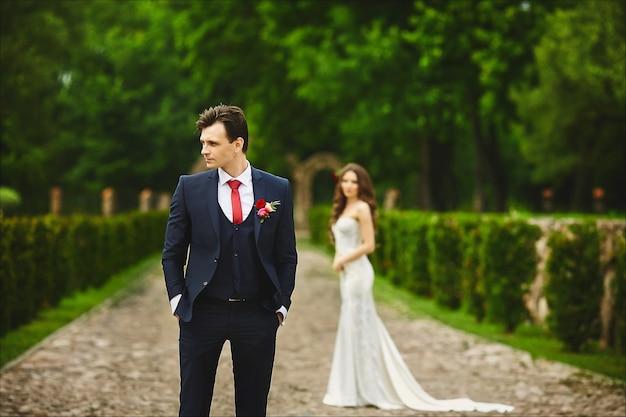 그녀의 신부와의 만남을 기다리고 세련된 신랑. 결혼식 전에 몇