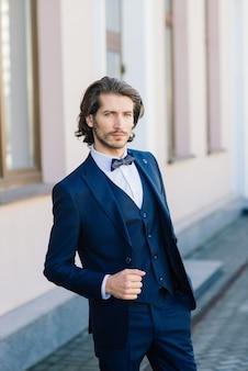 スーツのジャケットとシャツを着て、ひげを持つスタイリッシュなハンサムな男
