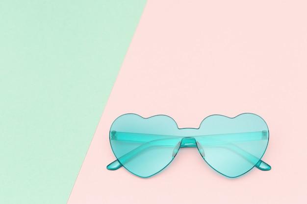 세련된 심장 모양의 안경, 패션 여름 개념 최소한의 스타일.