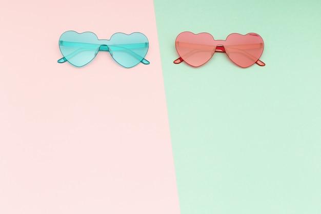 Стильные очки в форме сердца на фоне бумаги с копией пространства. красивые модные солнцезащитные очки. модная летняя концепция. квартира лежала.