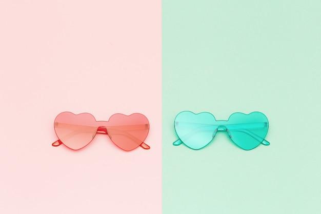 세련 된 심장 모양 복사 공간 종이 배경에 안경. 아름다운 유행 선글라스.