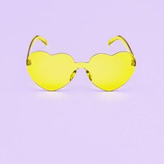 Стильные очки в форме сердца на розовый с копией пространства. красивые модные ярко-желтые очки. модная летняя концепция.