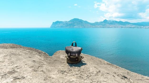 여름에 바다가 보이는 산 여행을 위한 세련된 힙스터 백팩