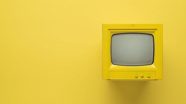 노란색 바탕에 노란색 tv의 세련된 이미지. 텍스트를 위한 공간입니다. 플랫 레이.