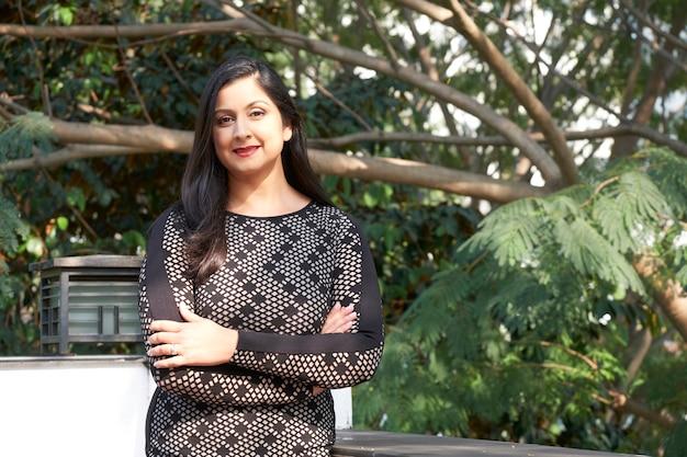 야외에서 세련 된 인도 여자
