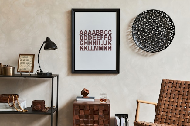 モックアップポスターフレーム、茶色のアームチェア、工業用幾何学的棚、パーソナルアクセサリーを備えたエレガントな男性的なリビングルームのスタイリッシュなインテリアデザイン構成。レンプレート。