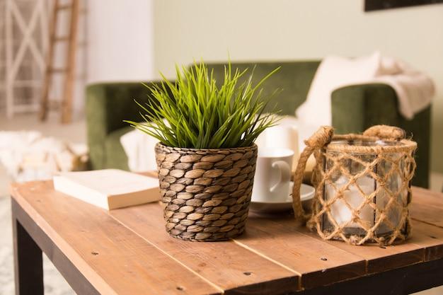 木製の共有テーブルを備えたロフトアパートのダイニングルームのスタイリッシュなインテリアデザイン。モダンな家の装飾。