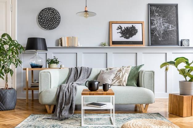 현대적인 민트 소파, 나무 콘솔, 큐브, 커피 테이블, 램프, 식물, 모의 포스터 프레임, 베개, 격자 무늬, 장식 및 가정 장식의 우아한 액세서리가 있는 거실의 세련된 인테리어 디자인.