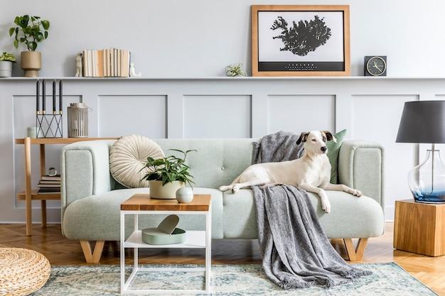 Стильный дизайн интерьера гостиной с современным мятным диваном