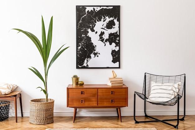 나무 복고풍 옷장, 의자, 등나무 냄비에 열대 식물, 바구니 및 우아한 개인 액세서리가있는 거실의 세련된 인테리어 디자인. 벽에 프레임. 가정 장식.