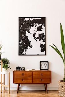 등나무 냄비 바구니에 나무 복고풍 옷장 의자 열대 식물이있는 거실의 세련된 인테리어 디자인
