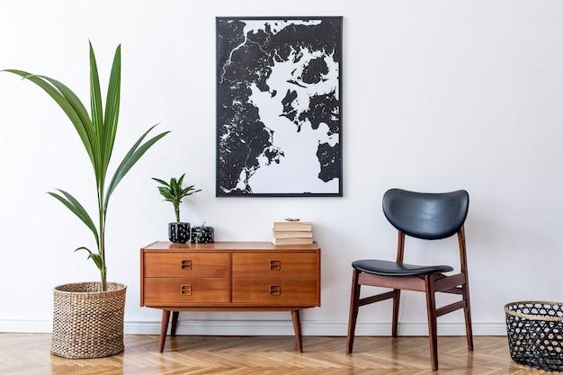 나무 복고풍 옷장, 의자, 등나무 냄비에 열대 식물, 바구니가있는 거실의 세련된 인테리어 디자인.