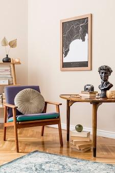 지도, 안락 의자, 나무 테이블, 책꽂이, 책 및 우아한 개인 액세서리가있는 개인 도서관의 세련된 인테리어 디자인. 레트로 빈티지 홈 장식. 베이지 색 벽 ..