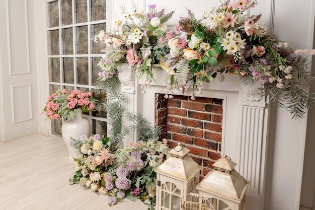 造花と暖炉のあるリビングルームのスタイリッシュなインテリアデザイン。