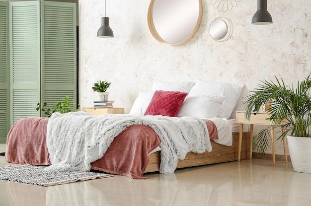 관엽 식물이있는 침실의 세련된 인테리어
