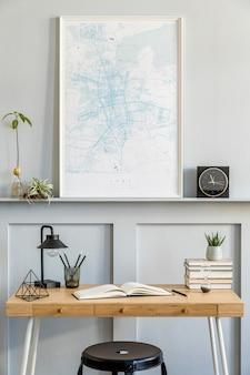 Стильный интерьер комнаты домашнего офиса с черным макетом карты плаката, деревянным столом, черным табуретом, часами, книгами, растениями, кактусами, канцелярскими принадлежностями, лампой и личными аксессуарами в современном домашнем декоре.