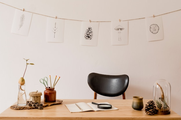 木製の机と籐の装飾が施されたホームオフィススペースのスタイリッシュなインテリアニュートラルな家の装飾