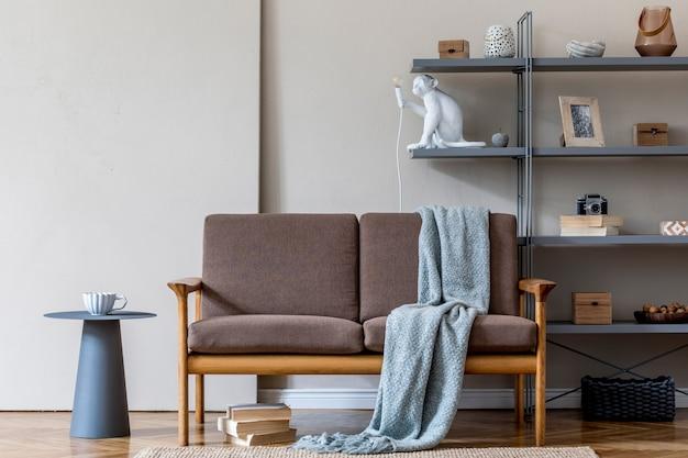 Стильный интерьер гостиной в уютной квартире с коричневым деревянным диваном, журнальным столиком, серой книжной стойкой, пледом и элегантными аксессуарами. концепция бежевого и японского. современная домашняя постановка. шаблон.