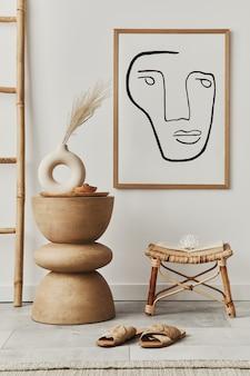 포스터 프레임, 나무 의자, 장식 및 현대 가정 장식의 우아한 개인 액세서리가있는 아늑한 집 거실의 세련된 인테리어. 주형.