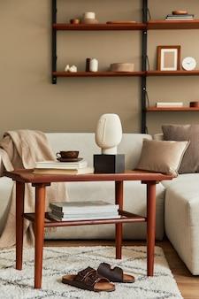 デザインの木製のコーヒーテーブル、ベージュのソファ、一杯のコーヒー、本、装飾、そしてスタイリッシュな家の装飾のエレガントなアクセサリーを備えたリビングルームのスタイリッシュなインテリア。レンプレート。