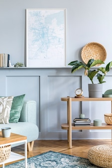 모의 포스터 프레임, 디자인 소파, 커피 테이블, 콘솔, 식물, 카펫, 베개, 격자 무늬, 책, 시계 및 현대적인 가정 장식의 우아한 개인 액세서리가 있는 세련된 거실.
